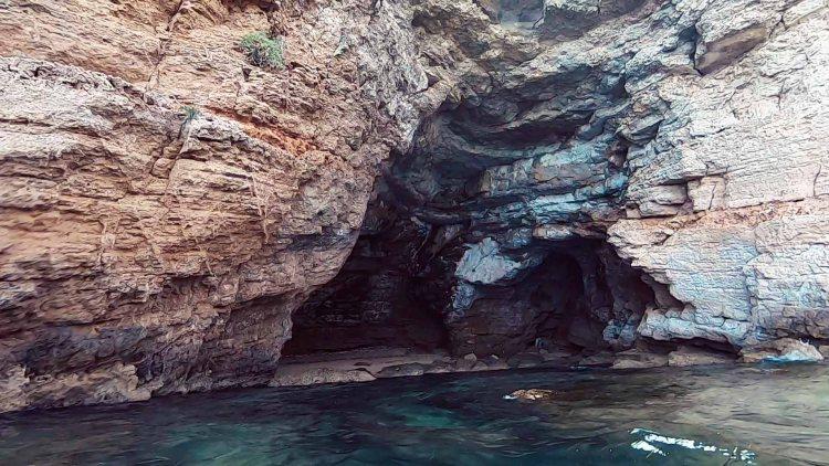 grotta presso la spiaggia di massolivieri