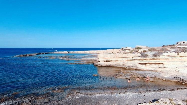 spiagge imperdibili nella sicilia sudorientale: angoli di mare e roccia nella riserva del plemmiro