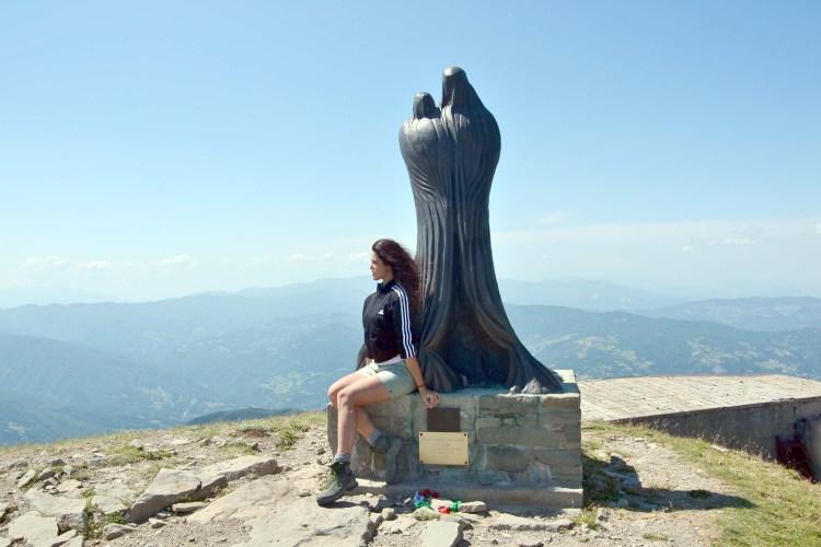 valentina con la madonna sulla vetta del monte cimone