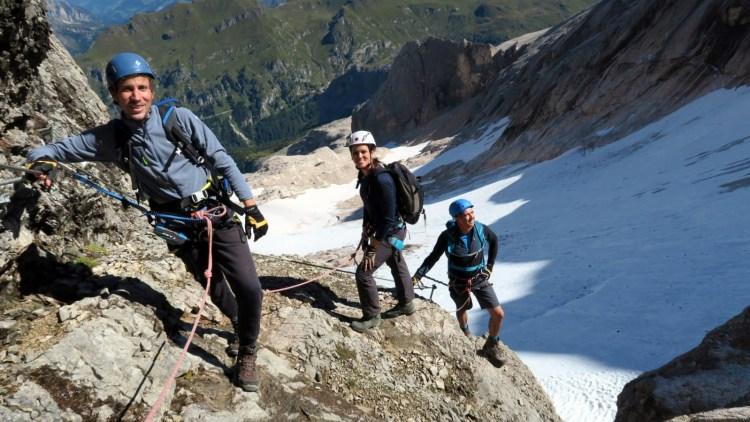in cima alla marmolada: intrepidi escursionisti lungo la via ferrata della cresta ovest