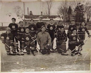 The Killaloe Maple Leafs and their coach Bennie Afelskie. Individual names unknown. Bennie Afelskie Collection.