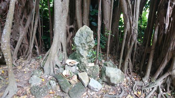 フクギ並木道の基準石