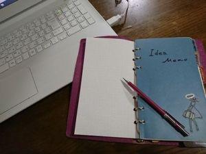 ノートパソコンと手帳