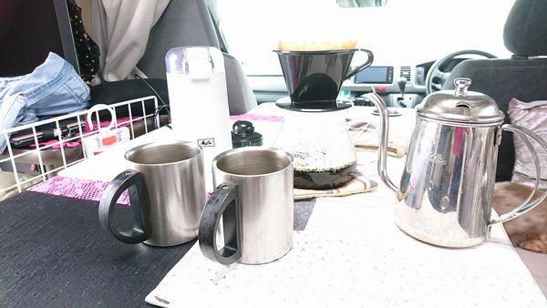 キャンピングカーでコーヒー