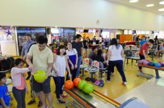 Shu Sin's youngest 2 get some bowling lessons from Dad