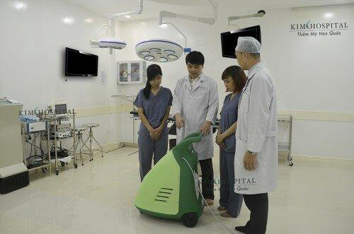 Máy phun sương khử trùng không khí hiện đại được trang bị trong phòng phẫu thuật