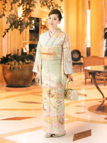 94b4bbb2d9a37 独身、既婚問わず着用できる訪問着をチョイスする場合は、こうした華やかなカラーで参加しても素敵ですね!