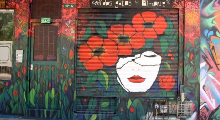Graffiti op rolluiken in La Candelaria in Bogota