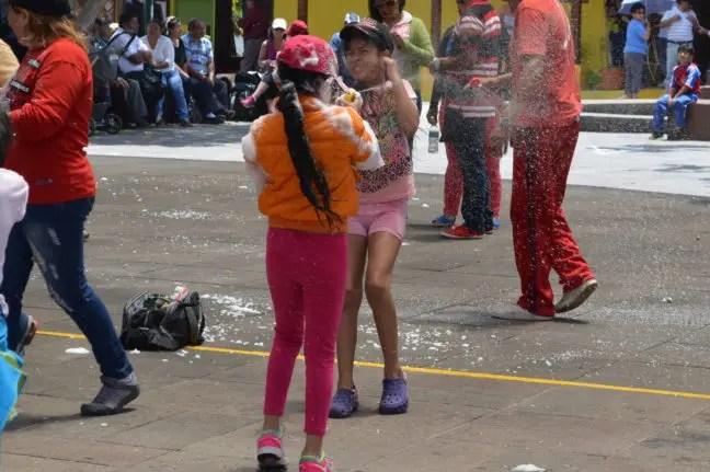 Schuimgevechten in de aanloop naar carnaval in Ecuador