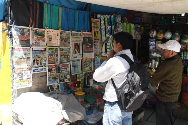 Een man leest de voorpagina's van kranten in Ayacucho, Peru.