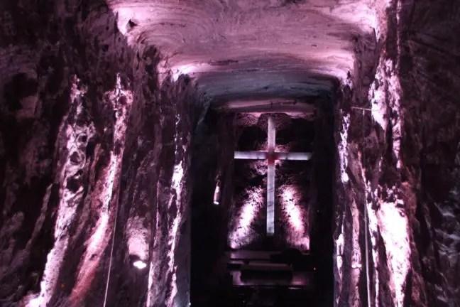 De kleur van de verlichting in de zoutkathedraal verandert steeds.