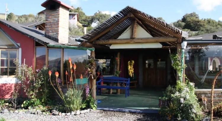 Hoofdgebouw van Secret Garden hostel Cotopaxi Ecuador
