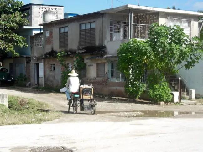 Straat in Holguín met fietser