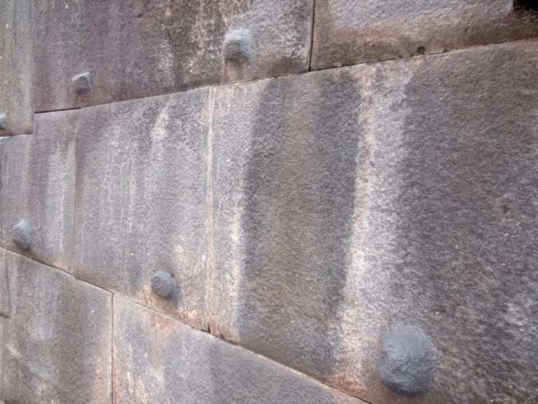Mannetjes en vrouwtjes stenen in Qorikancha