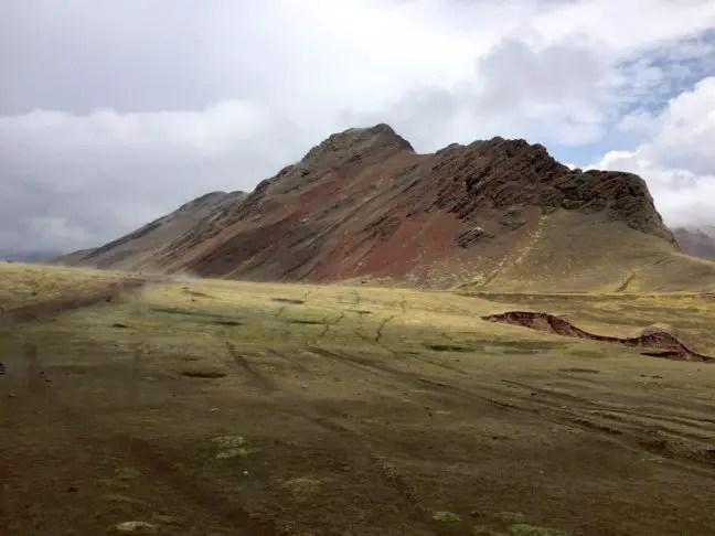 Wolken verschijnen bij Rainbow Mountain