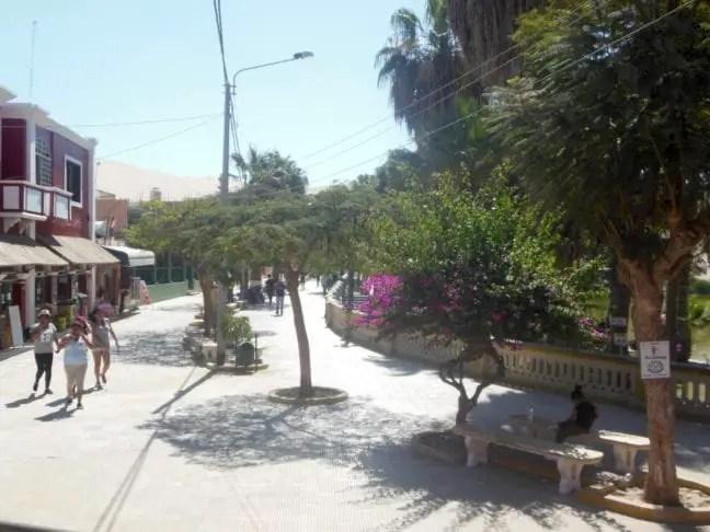De 'boulevard' van Huacachina Peru