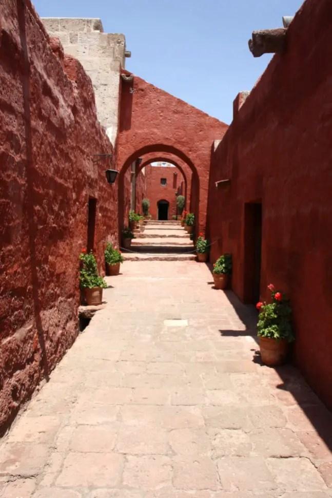 Smalle kleurrijke straten bij het Monasterio de Santa Catalina