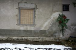 Muurschildering op één van de gebouwen op het fortterrein.