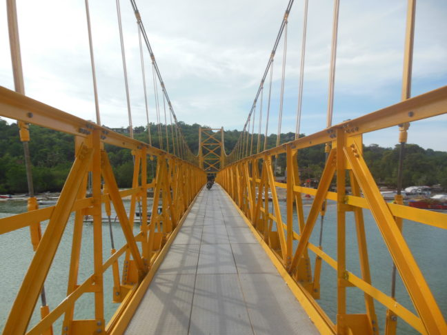 Yellow Suspension Bridge tussen Nusa Lembongan en Nusa Ceningan.