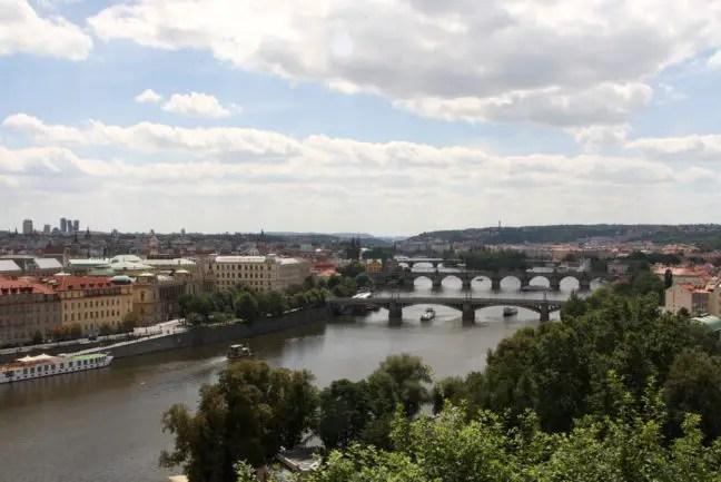 Uitkijken over de bruggen van Praag.