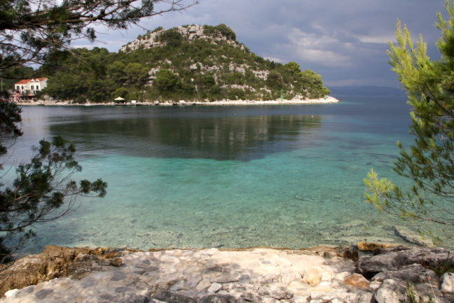 Uitzicht vanaf de baai van Okuklje.