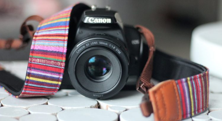 Canon 1000D met camerariem.