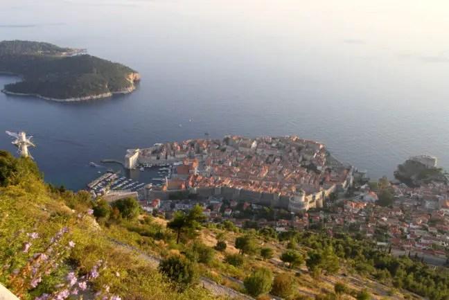 Vanaf 400 meter hoogte uitkijken op de oude stad en Lokrum eiland.