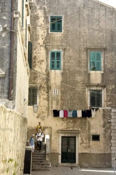 Loop richting de stadsmuren om het rustiger gedeelte van de oude stad te ontdekken.