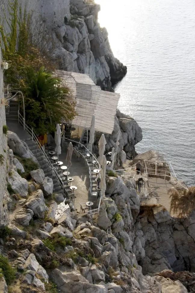 De bar maakt slim gebruik van de rotsen.