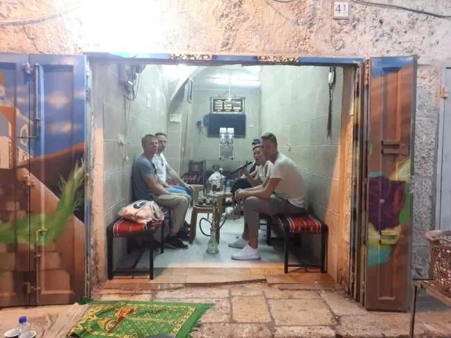 Rokerige foto: waterpijp roken in Jeruzalem.