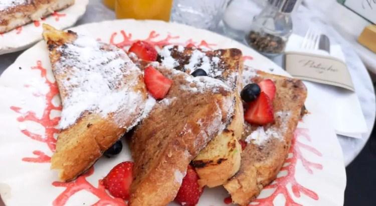Ontbijten in Den Haag: wentelteefjes met fruit op een bord