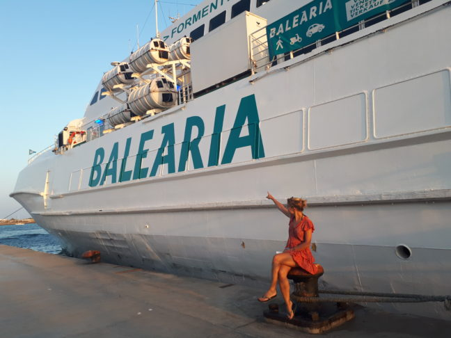 Met deze enorme boot varen we terug naar Ibiza.