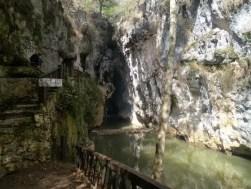 Entree van de grot in Arcotete