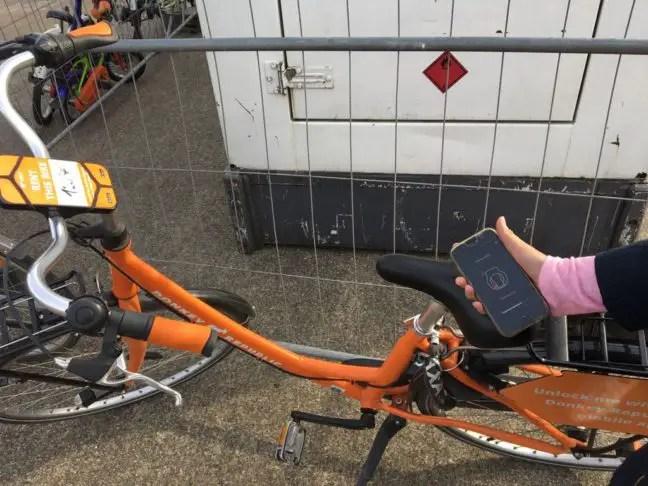 Een Donkey Republic fiets van het slot afhalen