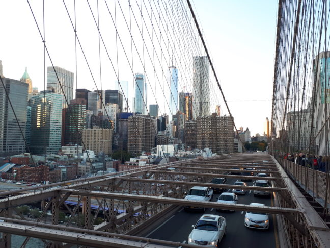 Verkeersdrukte op de Brooklyn Bridge.