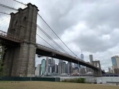 Brooklyn Bridge met op de achtergrond Manhattan.