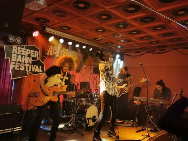 Jeangu Macrooy in Molotow tijdens het Reeperbahn Festival