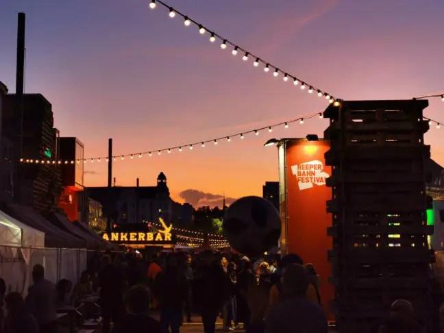 Zonsondergang bij de Spielbudenplatz tijdens het Reeperbahn Festival