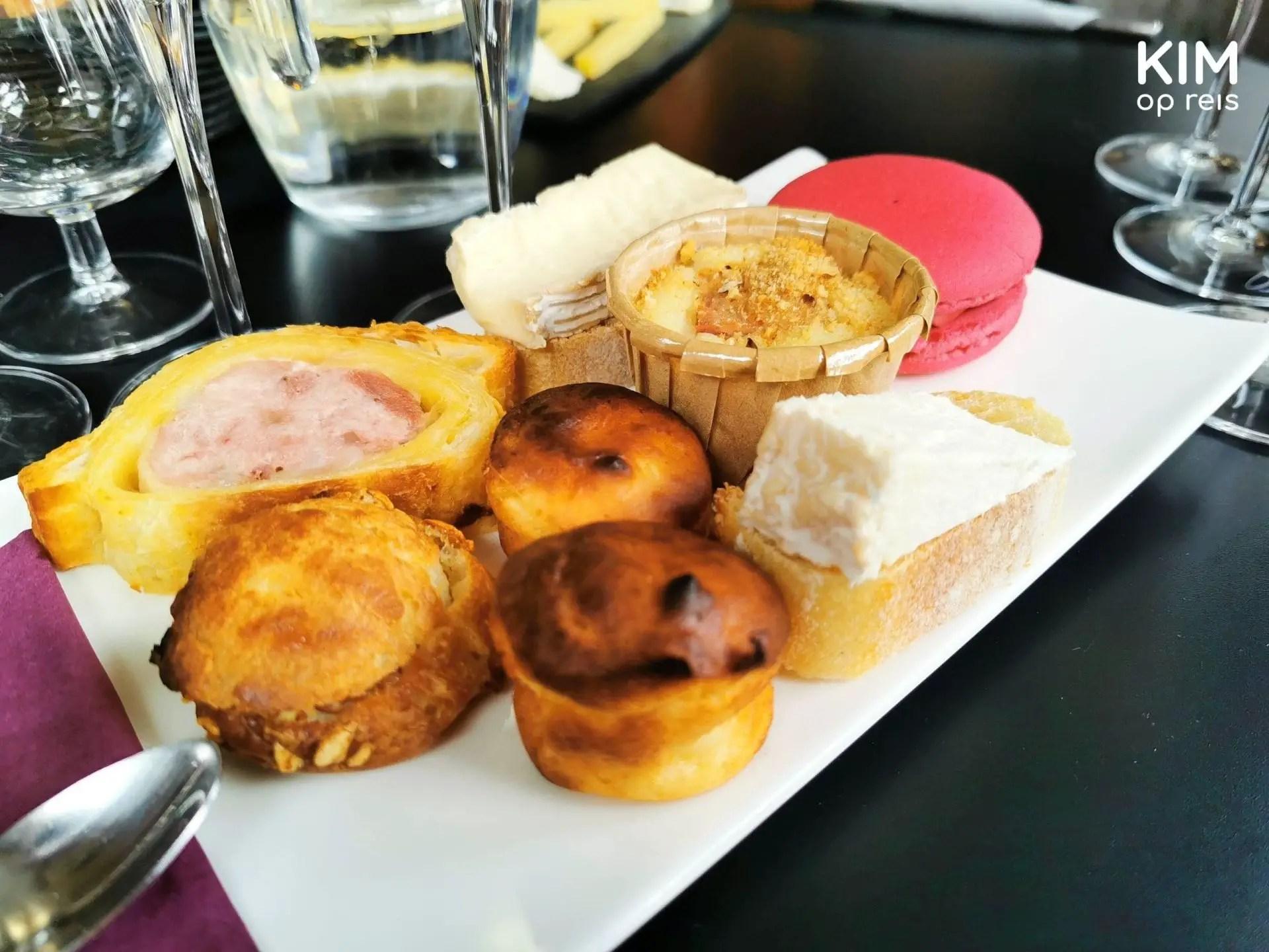 Au36 Hautvillers lokale specialiteiten: bord met o.a. pate, een macaron, kaas en meer