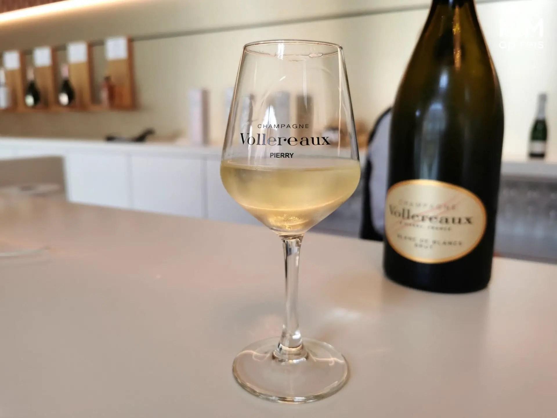 Vollereaux champagne proeven: glas champagne met op de achtergrond de fles