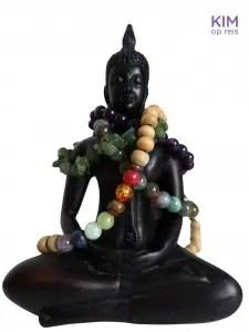 Cadeautip edelstenen: beeldje van buddha met daaromheen armbandjes van edelstenen