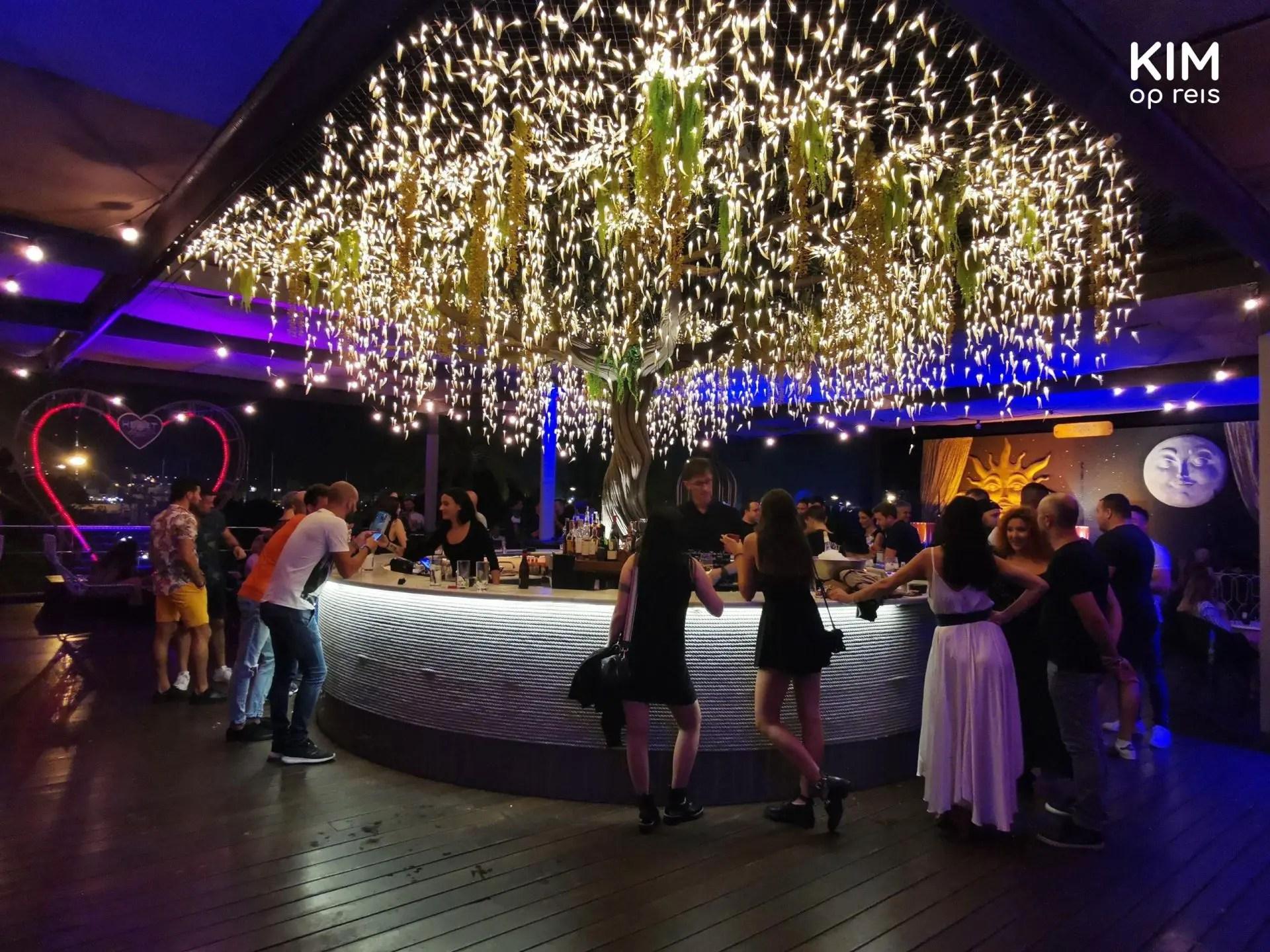 Buitenbar Heart Ibiza - bar met lampjesregen erboven en linksachter een rood verlicht hart