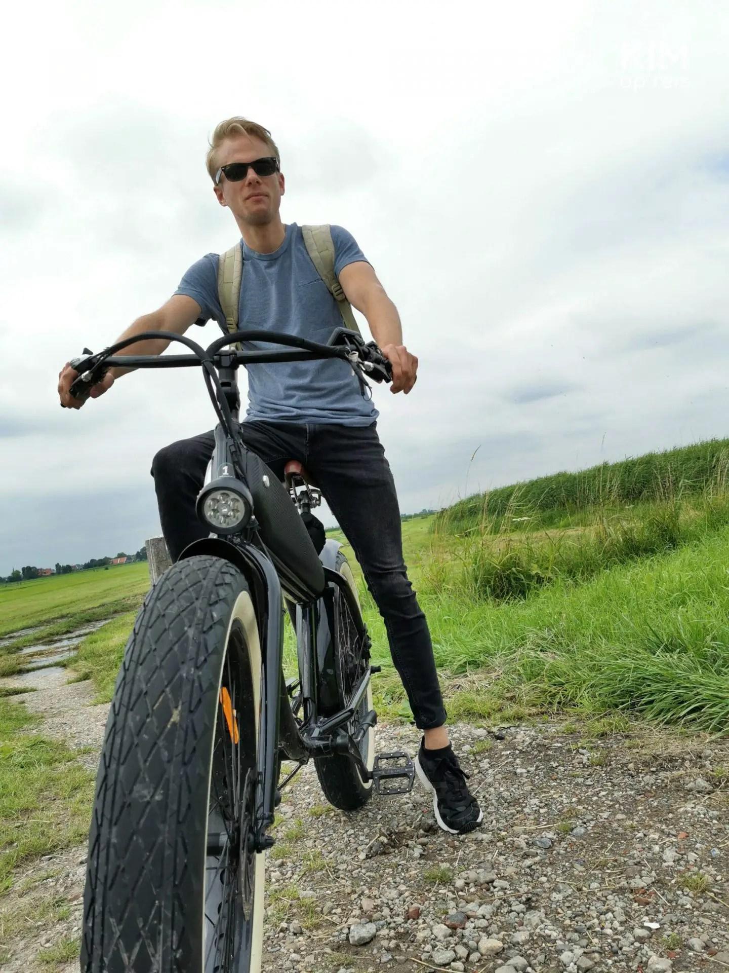 Fat bike Volendam Marken - Patrick poses on a fat bike in a meadow