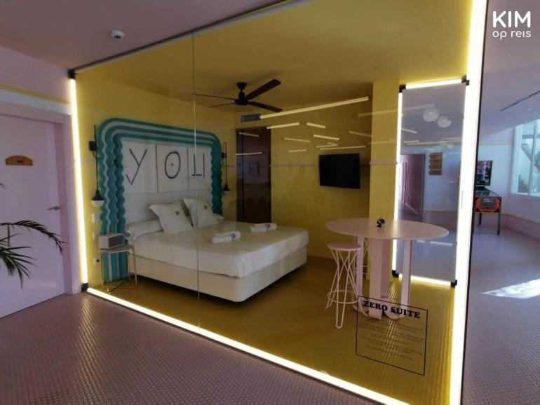 Gratis slapen Paradiso Art Hotel - hotelkamer met glazen ramen
