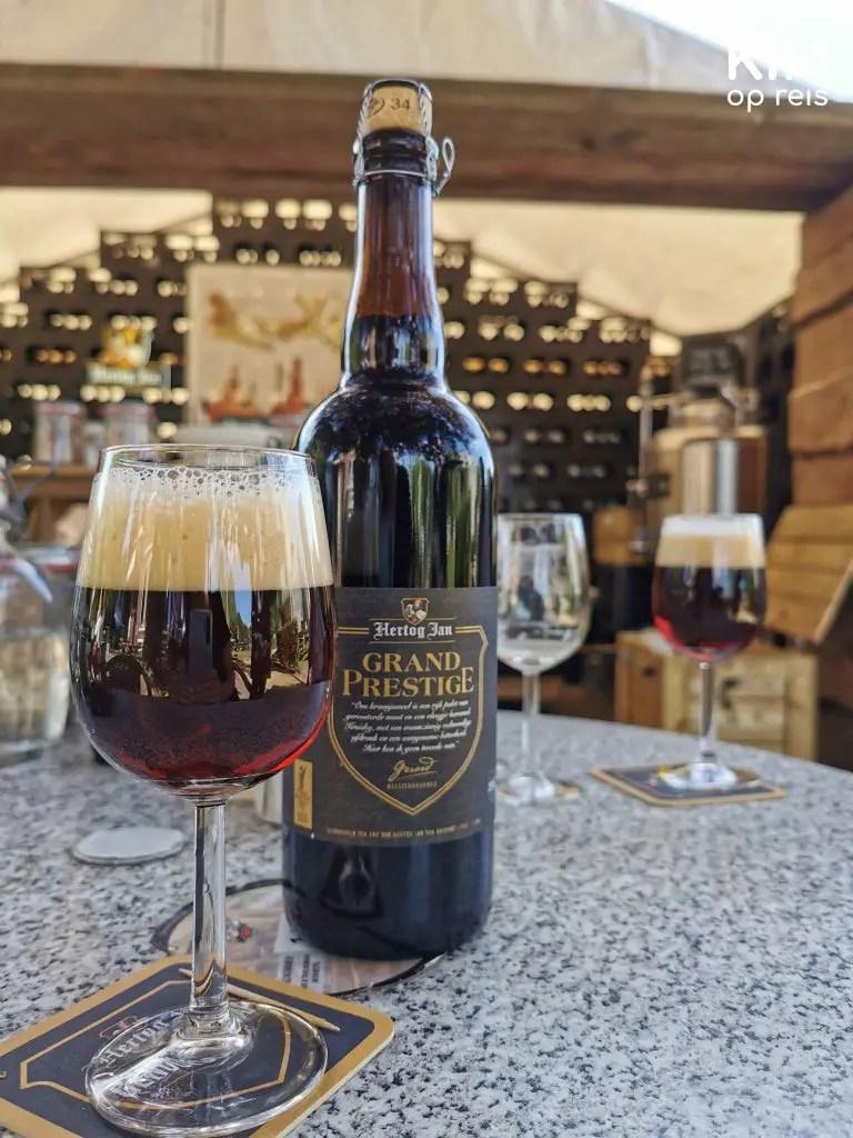 Hertog Jan Grand Prestige - glas met een donker gekleurd bier en daarnaast de fles Hertog Jan Grand Prestige