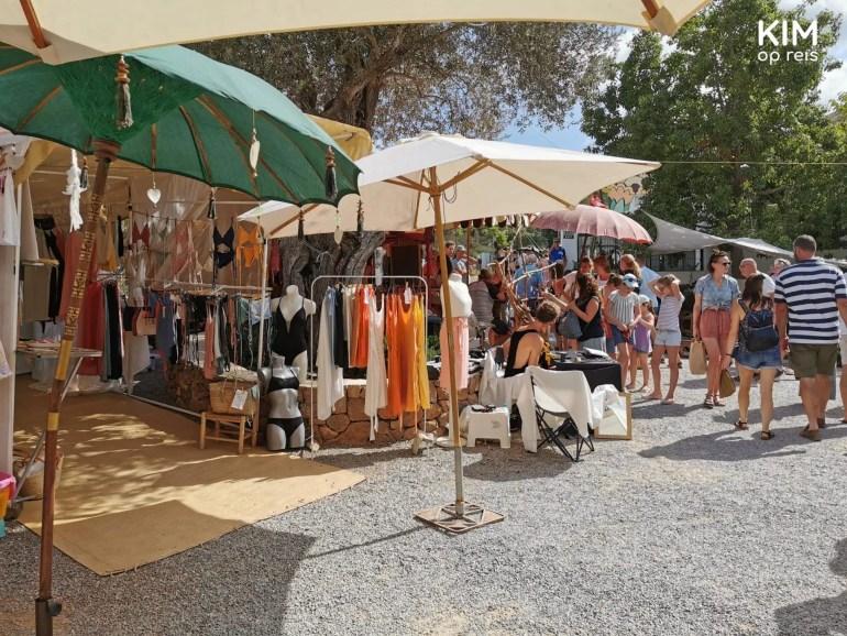 Hippiemarkt Las Dalias Ibiza - kraam met badkleding en strandkleding met daarbij enkele parasols ter bescherming tegen de zon