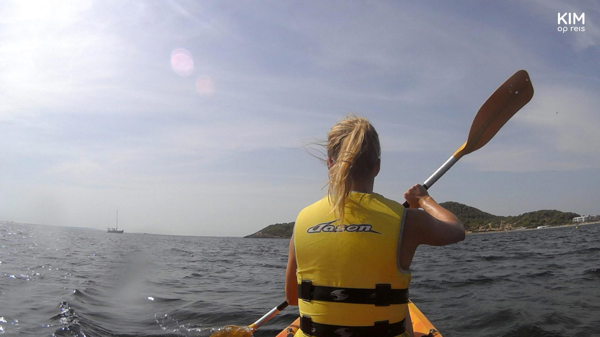 Kayak Ibiza Anfibios - Kim in the kayak, seen from her back