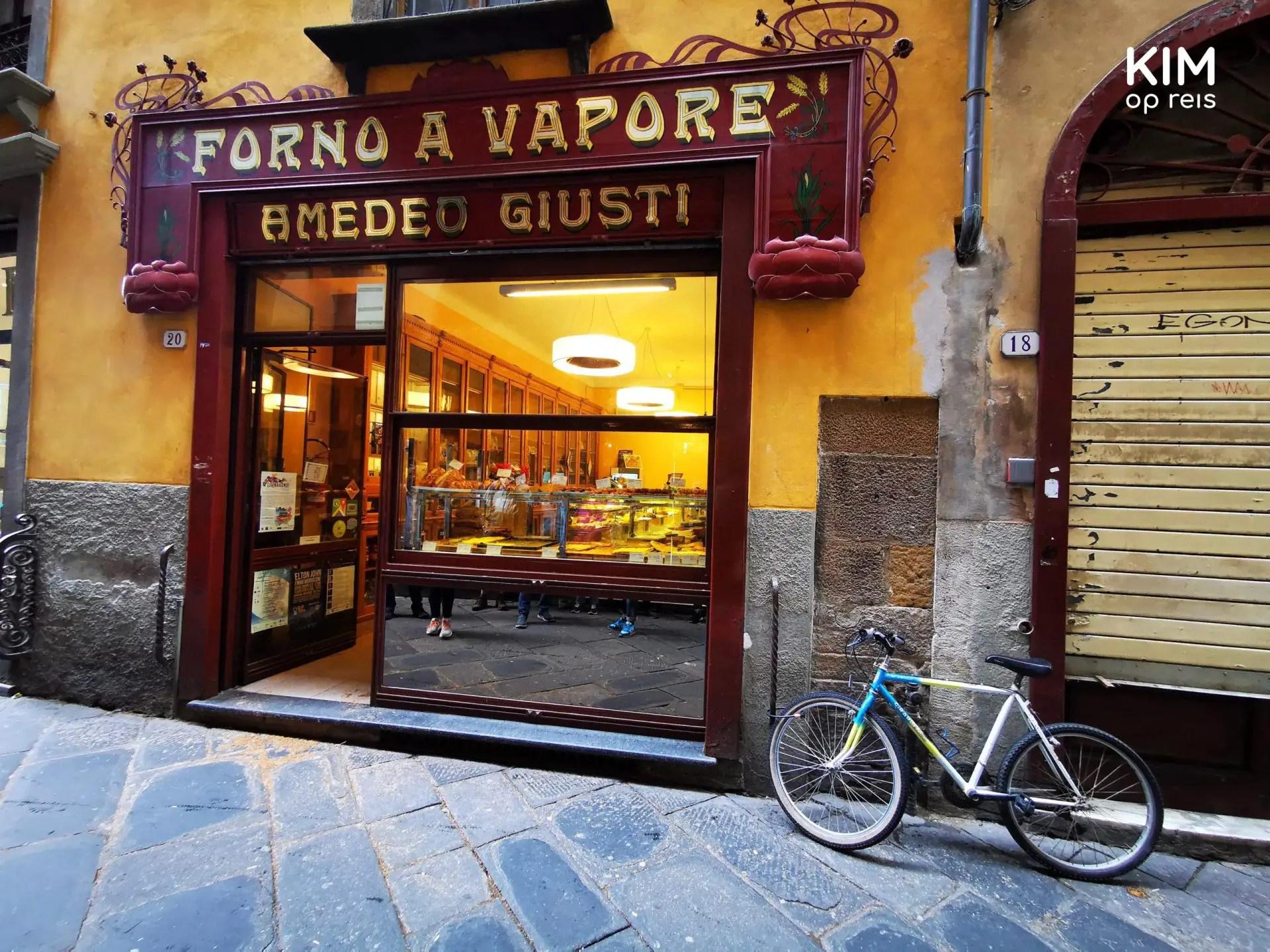 Lucca delicatessen zaakjes - etalage van een delicatesse zaak met daarvoor een herenracefiets