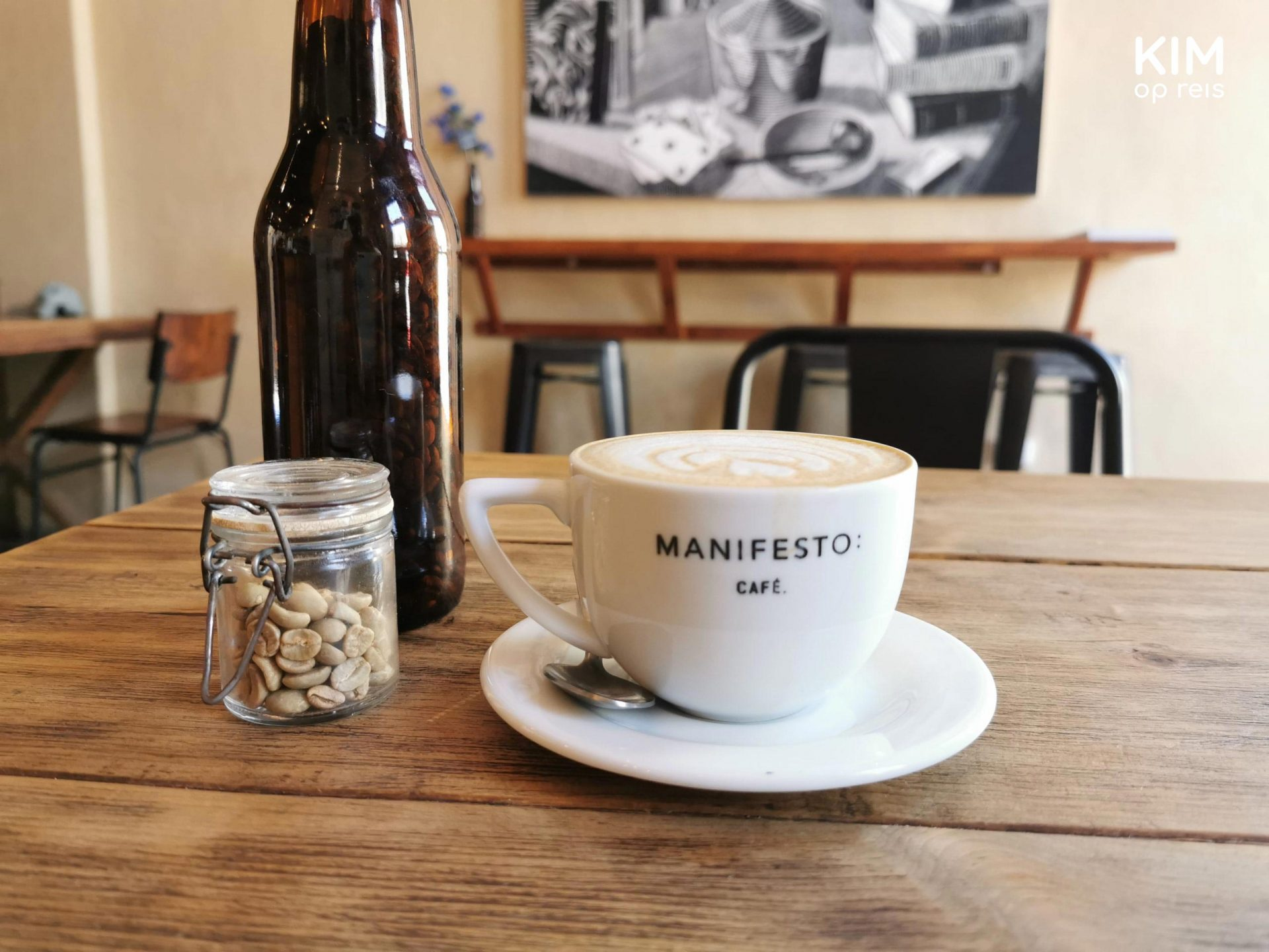Manifesto Koffie Merida: kopje cappuccino in een witte kop met het logo van Manifesto
