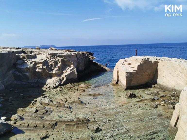Punta de Sa Pedrera - inham in de rotsformatie aan zee